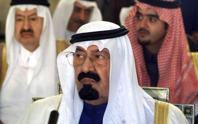 הנסיך הסעודי עבדאללה (במרכז) עם משלחתו בפתיחת הפסגה הערבית בבירות ב-2002, עתידים לדון ביוזמה הסעודית לשלום בין ישראל לפלסטין (צילום: AP Photo/Santiago Lyon)