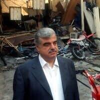 """רפיק אל-חרירי, 2003, ליד תחנת הטלוויזיה שלו שהותקפה בטילים ע""""י אלמונים (צילום: AP Photo/str)"""