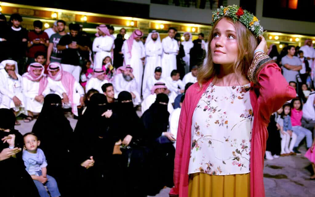 תיירת אמריקאית נהנית מחופש יחסי בסעודיה לאחר שינוי קוד הלבוש לתיירות (צילום: AP Photo/Amr Nabil)