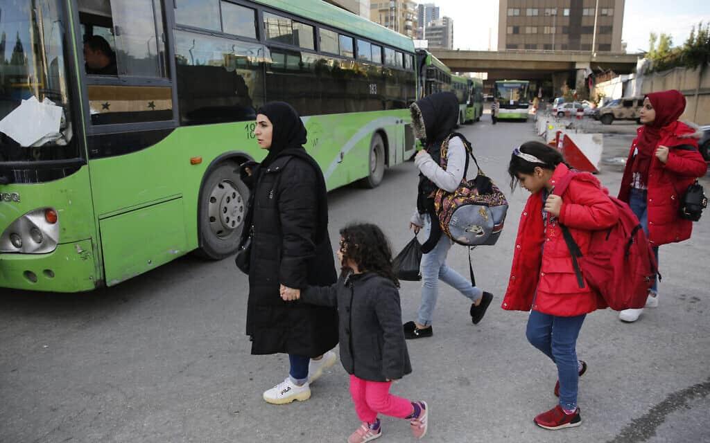 פליטים סורים בדרכם הביתה מלבנון (צילום: AP Photo/Hussein Malla)