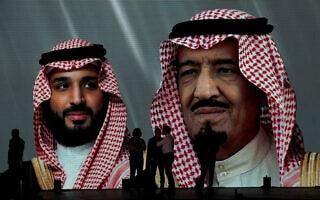 תמונותיהם של הנסיך הסעודי בן סלמאן ואביו מוקרנות באירוע ספורט בסעודיה (צילום: AP Photo/Amr Nabil)