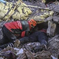 צוותי חילוץ מנסים לאתר נפגעים מרעידת האדמה בטורקיה, ארכיון; למצולמים אין קשר לדיווח (צילום: Ismail Coskun/IHA via AP)