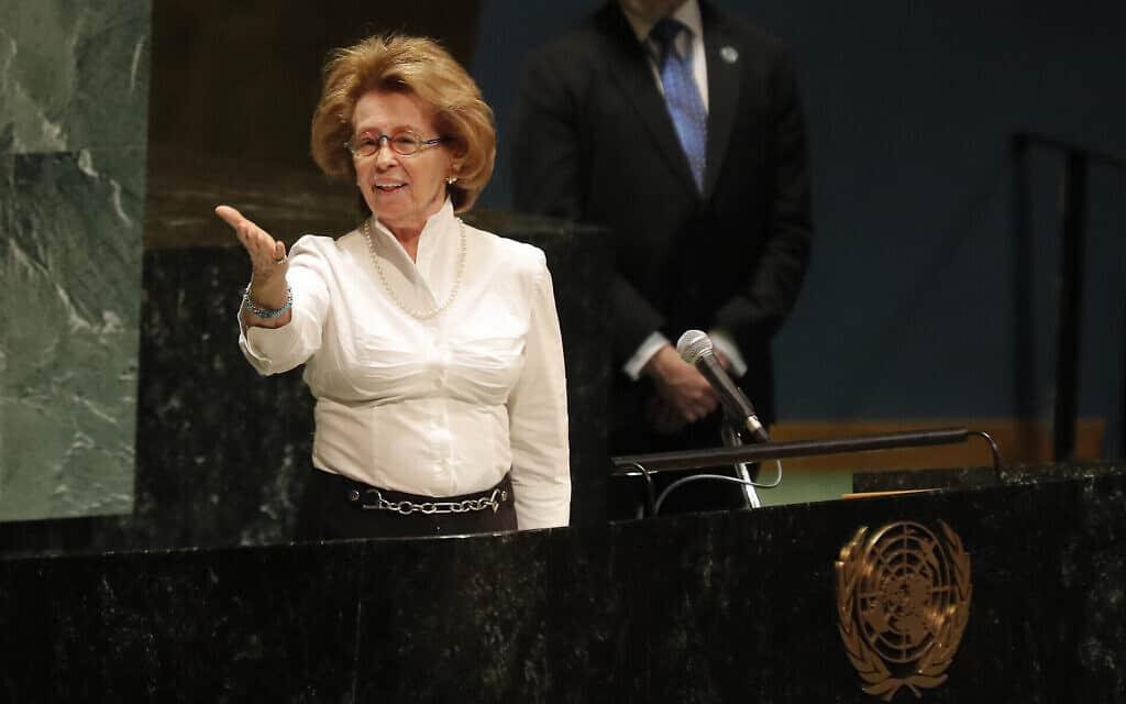 """ניצולת השואה איירין ששר מגיבה למחיאות הכפיים לאחר נאומה באירוע לזכר השואה במטה האו""""ם, יום שני, 27 בינואר 2020 (צילום: סוכנות הידיעות האמריקאית/סת' וניג)"""