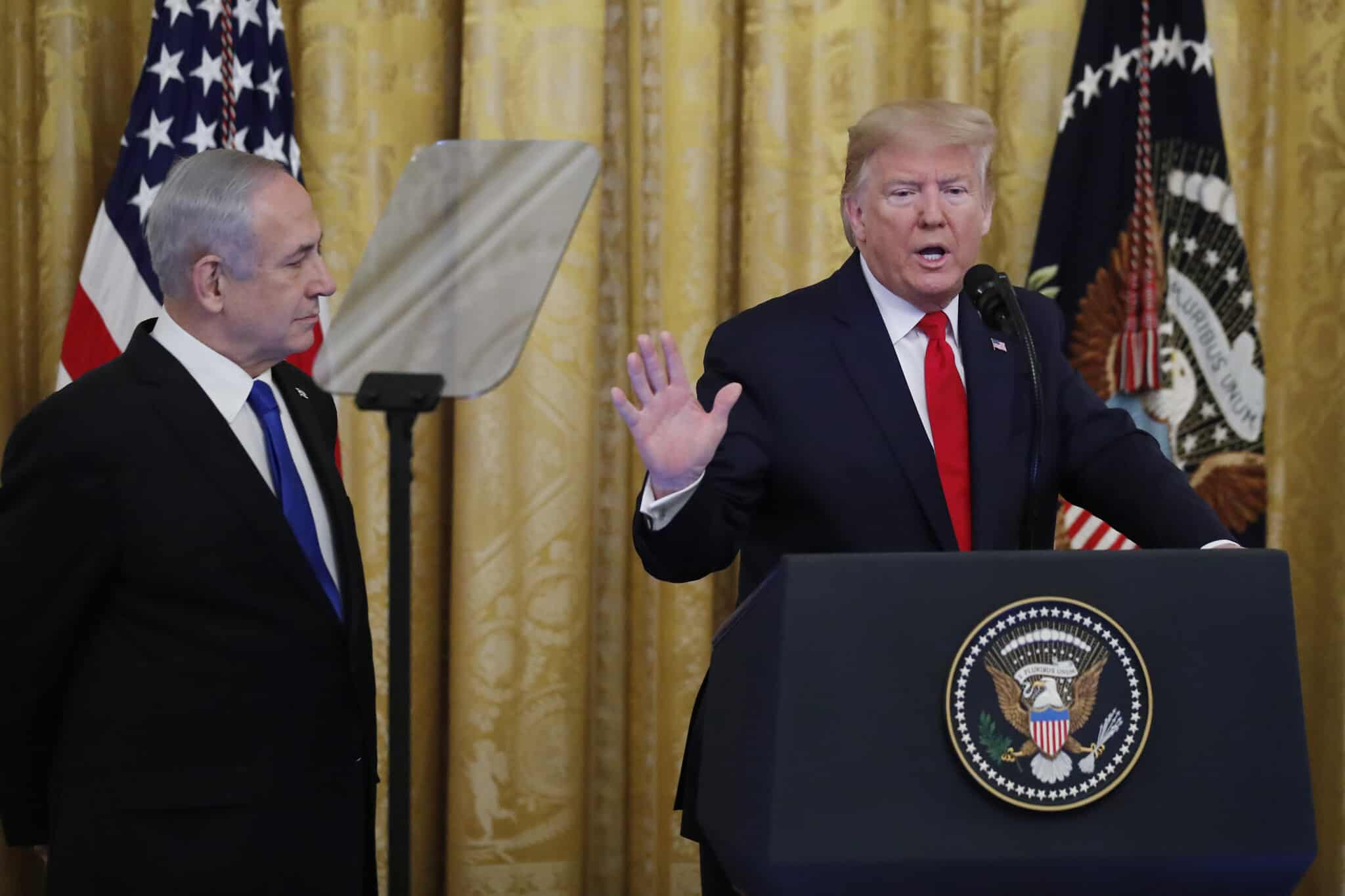 הנשיא טראמפ (מימין) וראש הממשלה נתניהו בעת הצגת תוכנית הממשל לישראל ולפלסטינים, 28 בינואר 2020 (צילום: Alex Brandon, AP)
