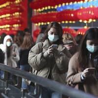 עוברי אורח בקניון בטאיפיי שבטאיוואן עוטים מסיכות על פניהם, ינואר 2020 (צילום: Chiang Ying-ying, AP)