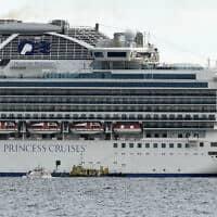 """ספינת הנופש """"נסיכת היהלום"""", שחלק מהשוהים עליה חלו בקורונה, מול חופי יפן (צילום: Eugene Hoshiko, AP)"""
