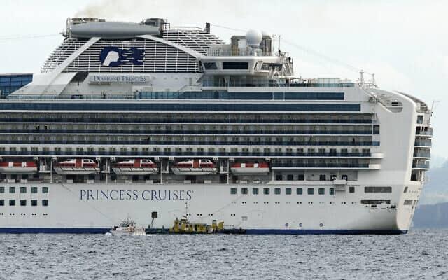 """ספינת הנופש """"נסיכת הים"""", שחלק מהשוהים עליה חלו בקורונה, מול חופי יפן (צילום: Eugene Hoshiko, AP)"""