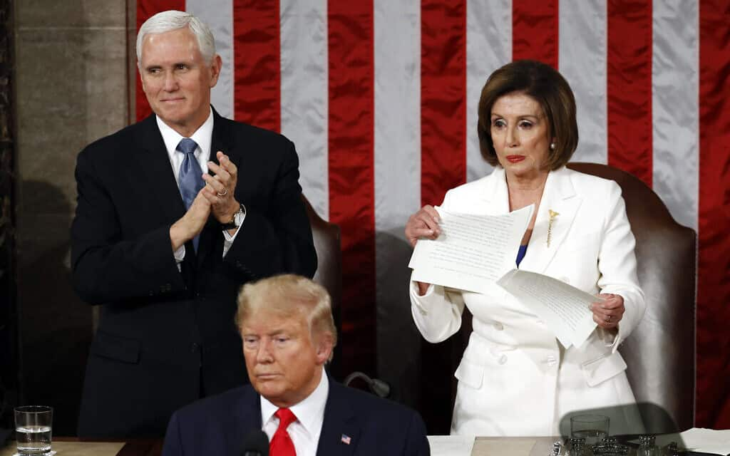 ננסי פלוסי קורעת את עותק נאומו של טראמפ (צילום: AP-Photo-Patrick-Semansky)