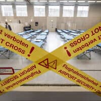 הכנה להסגר בשדה התעופה בפרנקפורט (צילום: Boris Roessler/dpa via AP, File)