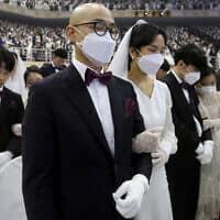 תפילה בחתונה המונית בדרום קוריאה, לאור התפרצות הקורונה באסיה (צילום: AP Photo/Ahn Young-joon)
