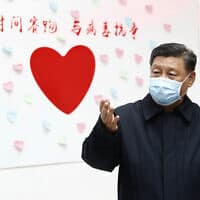 נשיא סין שי ג'ינגפינג עוטה מסכה על פניו בשל מגפת הקורונה (צילום: Liu Bin/Xinhua via AP, File)