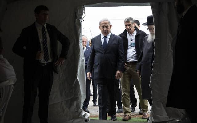 ראש הממשלה נתניהו ושר הבריאות ליצמן במרכז הרפואי שיבא בתל השומר, היום (צילום: Heidi Levine/Pool via AP)