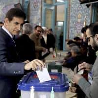 אזרח מצביע בבחירות למג'לס, הפרלמנט האיראני, בטהראן, 21 בפברואר 2020 (צילום: Ebrahim Noroozi, AP)