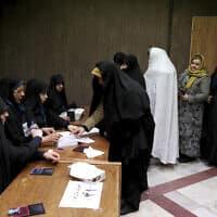 בוחרות מצביעות בבחירות לפרלמנט האיראני, 21 בפברואר 2020 (צילום: Ebrahim Noroozi, AP)