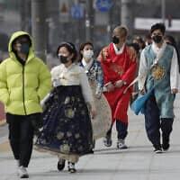 עוברי אורח בסיאול שבקוריאה הדרומית, כשמסיכות מגן על פניהם, 22 בפברואר 2020 (צילום: Lee Jin-man, AP)
