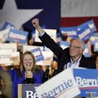 ברני סנדרס (מימין) ואשתו ג'יין בסן אנטוניו, 22 בפברואר 2020 (צילום: Eric Gay, AP)