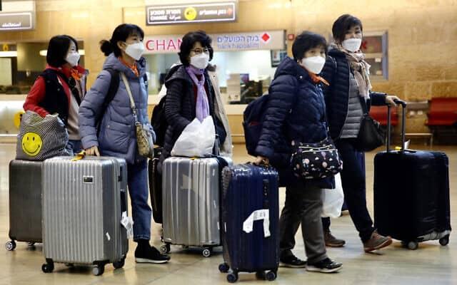 תיירים מקוריאה הדרומית בנמל התעופה בן-גוריון, 24 בפברואר 2020 (צילום: Ariel Schalit, AP)