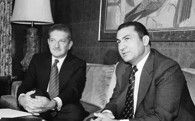 מובארכ, אז סגן נשיא מצרים, ושר הביטחון הישראלי עזר וייצמן, 1978 (צילום: AP Photo/Jeff Taylor, File)