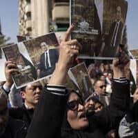 תומכיו של נשיא מצרים לשעבר חוסני מובארק מניפים את תמונתו בקהיר, 26 בפברואר 2020 (צילום: Nariman El-Mofty, AP)
