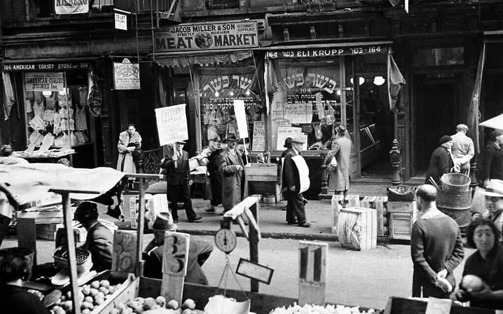 קצבים כשרים מוחים מחוץ לחנות בלב השכונה היהודית ברחוב אורקרד בלואר איסט סייט של ניו יורק, 4 באוקטובר, 1937 (צילום: AP)