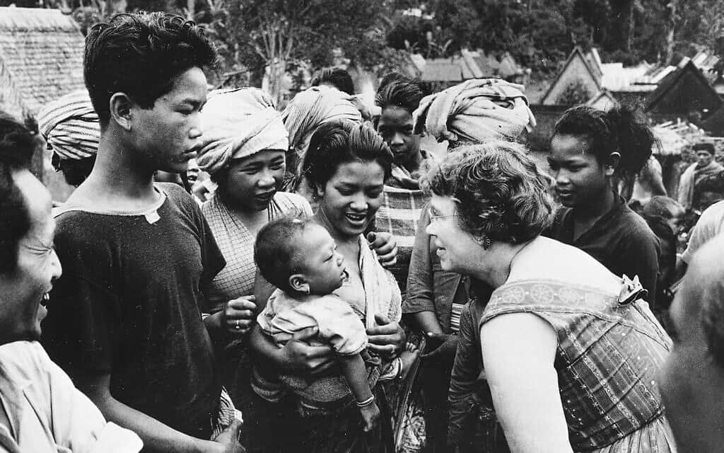 """ד""""ר מרגרט מיד, אנתרופולוגית, בביקור בבאלי, אינדונזיה, 1957 (צילום: סוכנות הידיעות האמריקאית)"""