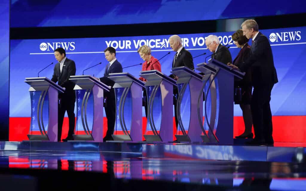 המועמדים הדמוקרטים לנשיאות בעימות: אנדרו יאנג, פיט בוטג'ג', ברני סנדרס, ג'ו ביידן, אליזבת וורן, איימי קלובאשר ופיט סטייר (צילום: AP-Photo-Charles-Krupa)