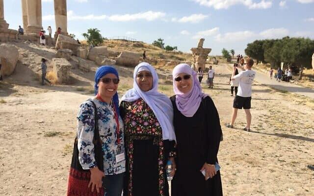 אמל אלסאנע אלחג'וג', משמאל, עם אמה ואחותה
