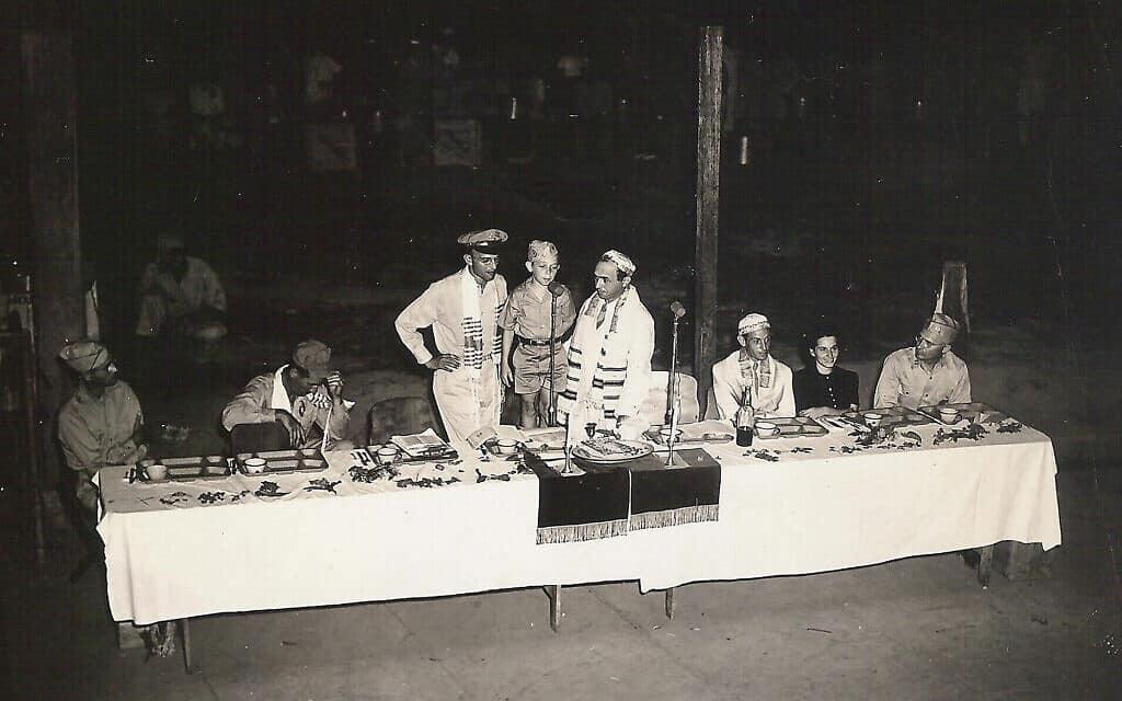 הפליט היהודי בן העשר ג'ורג' לוונשטיין (עומד עם המיקרופון) שהגיעה לפיליפינים בתור פעוט, עורך חגיגת בר מצווה ב-1945 במדינה החדשה שלו (צילום: באדיבות ג'ורג' לוונשטיין)