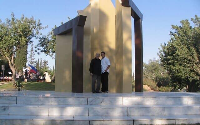 ראלף פרייס עם נכדו יונתן פריד, בנה של ליסה פרייס, ביתו של ראלף, באנדרטה לכבוד מדיניות הדלת הפתוחה בראשון לציון (צילום: באדיבות פרייס)