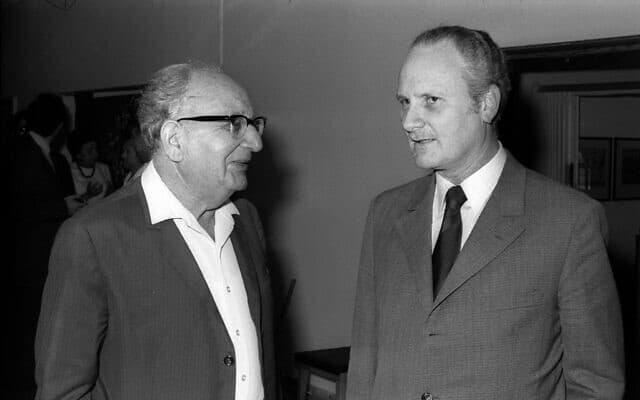 היועץ המשפטי לממשלה מאיר שמגר, מימין, עם שר החקלאות חיים גבתי, ב-30 באפריל 1974 (צילום: יעקב סער/אוסף התצלומים הלאומי)