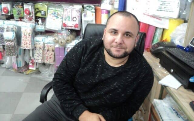 מחמוד אל-כאתיב בחנות שלו בברטעה, ישראל, ב-3 בפברואר, 2020 (צילום: נתן גפי)