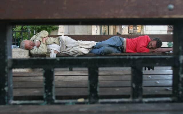 חסרי בית ישנים על ספסל (צילום: Orel Cohen /Flash90)