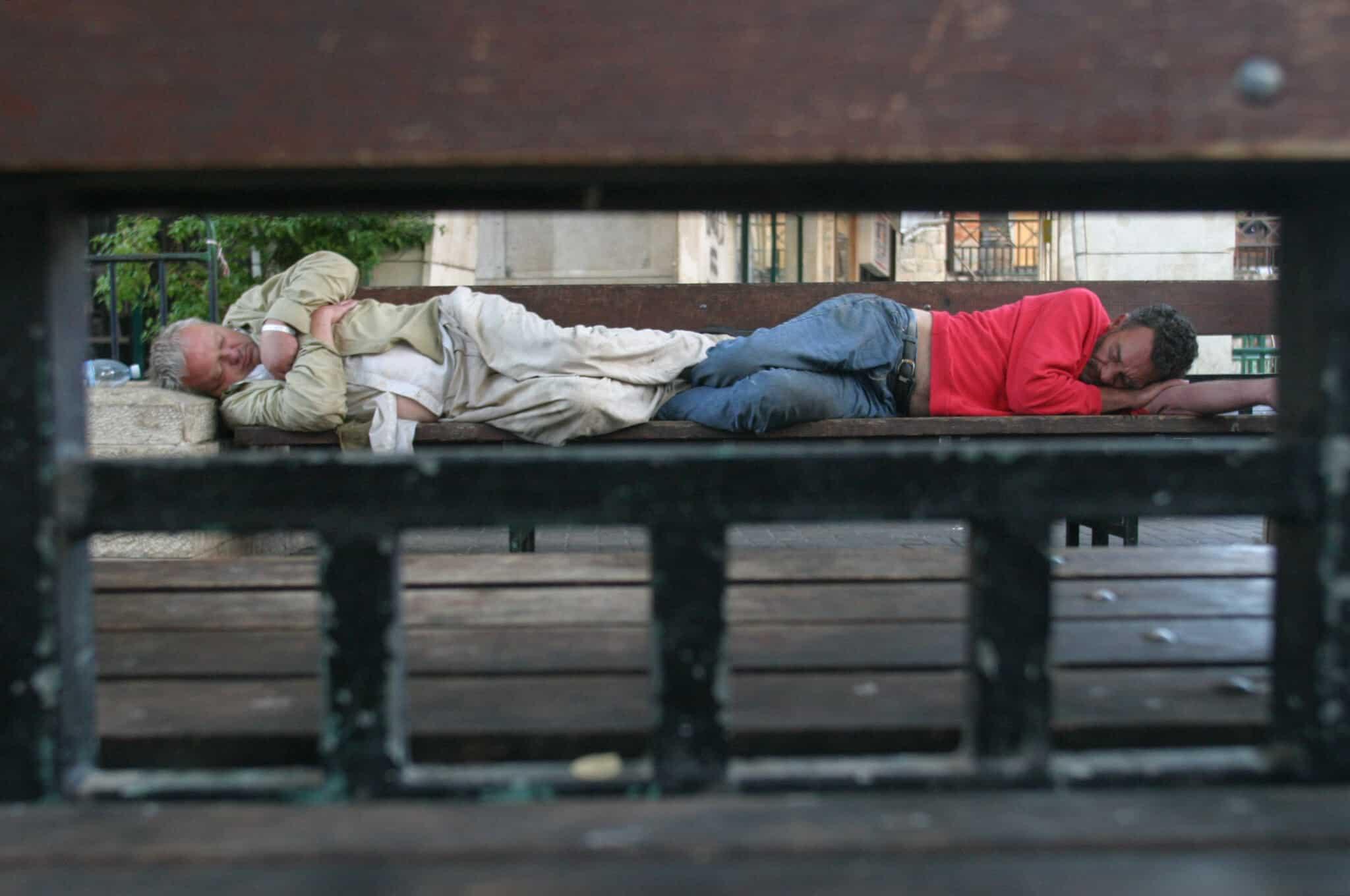 חסר בית ישן על ספסל (צילום: Orel Cohen /Flash90)