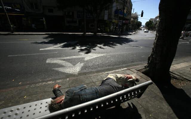 חסר בית ישן על ספסל ברחוב אלנבי בתל אביב (צילום: Yossi Zamir/Flash90)