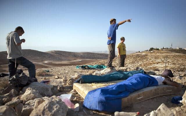 נערי הגבעות במאחז ענבלים בגדה המערבית. יולי 2009 (צילום: Matanya Tausig/FLASH90)