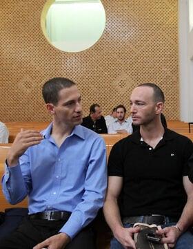 יואב ואיתי ארד-פנקס בעת הגשת העתירה, ב-28 ביוני 2010 (צילום: יוסי זמיר/פלאש90)