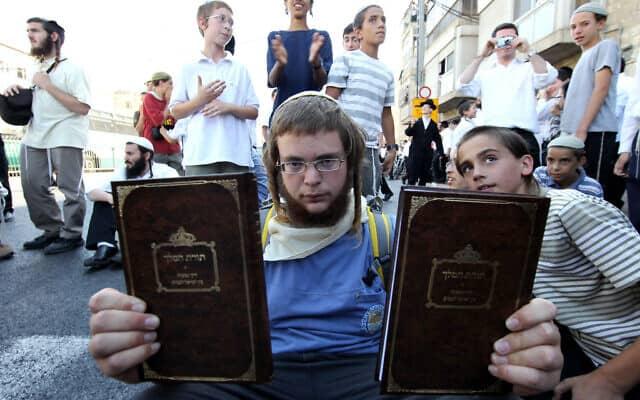 נוער חרדי מחוץ לביתו של הרב יעקב יוסף, ממחברי הספר ״תורת המלך״, ב-3 ביולי 2011 (צילום: נתי שוחט/פלאש90)