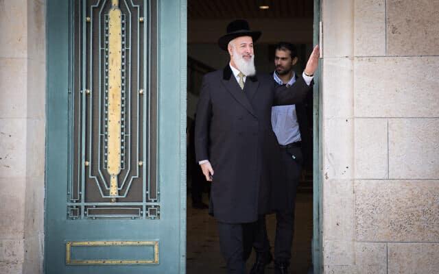 הרב יונה מצגר בבית המשפט המחוזי בירושלים, ב-10 במרץ 2016 (צילום: הדס פרוש/פלאש90)