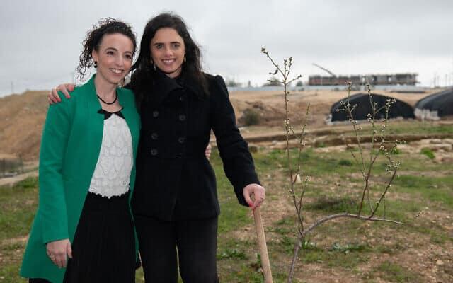 איילת שקד ועידית סילמן בנטיעת עצים לכבוד ט״ו בשבט בבית אל. 10 בפברואר 2020 (צילום: Sraya Diamant/Flash90)