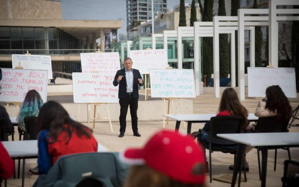 ניצן הורוביץ, המעוניין להתמנות לשר החינוך והתרבות, מעביר מציג את תוכניתו בכיכר הבימה בתל אביב, היום (צילום: מרים אלסטר, פלאש 90)