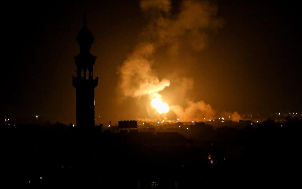 עשן מיתמר מעל בניינים במהלך התקפות אוויר ישראליות בדרום רצועת עזה, אתמול (צילום: עבד רחים חטיב / Flash90)