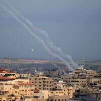 עשן מתמר מירי של רקטות מעזה לישראל, 24 בפברואר 2020 (צילום: Ail Ahmed/Flash90)