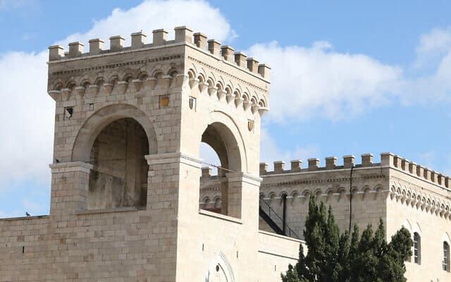 בית החולים האיטלקי בפינת רחוב שבטי ישראל, אשר נבנה בין 1912 ל-1927, וכעת משמש את משרד החינוך (צילום: שמואל בר-עם)