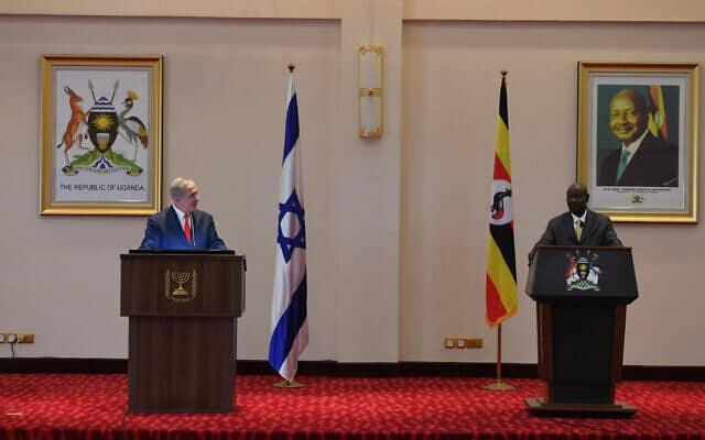 נתניהו (משמאל) ונשיא אוגנדה מוסווני באנטבה, היום (צילום: חיים צח, לשכת העיתונות הממשלתית)