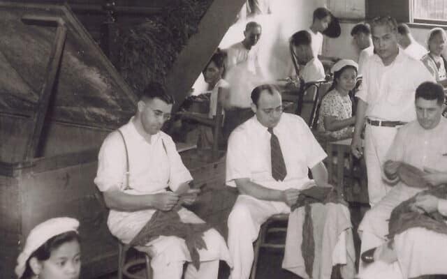 אנשי העסקים הבולטים מסינסנטי, אוהיו, האחים פרידר- אלכס, הנרי, הרברט, פיליפ ומוריס – התיישבו בפיליפינים בשנות ה-20 של המאה שעברה על מנת להרחיב את עסק הטבק של המשפחה. בתמונה הרב פרידר (במרכז) עם עלי טבק (צילום: באדיבות דיק וסאם פרידר)