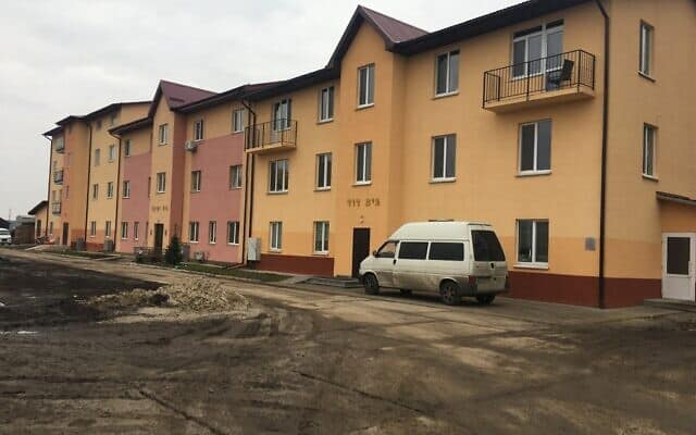 בניין המגורים המרכזי בכפר היהודי-אוקראיני אנטבקה (צילום: סימונה ויינגלס)