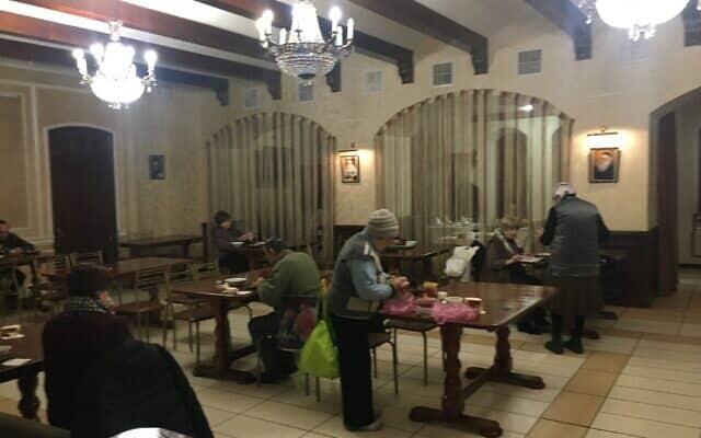 תושבים קשישים בקייב מקבלים ארוחות חינם בבית הכנסת ברודסקי בקייב, 14 בינואר 2020 (צילום: סימונה ויינגלס)