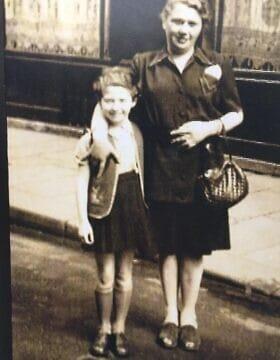 איירין ששר, ששרדה את השואה כילדה, ואמה בצרפת, 1946 (צילום: Courtesy)