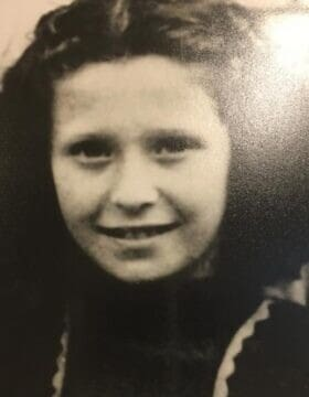 ניצולת השואה איירין ששר בגיל 10 בצרפת, סביבות 1947 (צילום: Courtesy)