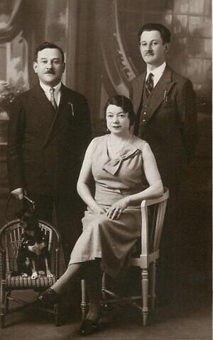 מרטין רוזן, משמאל, ואוסקר רוזן. במרכז יושבת לוסי תרז, שהייתה נשואה למרטין אבל נפטרה לפני מלחמת העולם השנייה, ב-1937 (צילום: (צילום: Courtesy))